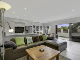 View profile: MODERN DUPLEX -  WALKING DISTANCE TO NOOSA RIVER & SHOPS